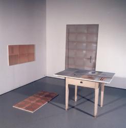 """""""Die Zeit im Raum"""", 41 Digitaldrucke auf Stoff, Tisch, Monika Plattner"""