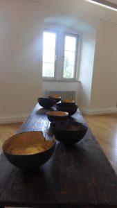 Karin Dorn-Tetzlaff, Wasserschloss Bad Rappenau 2015, Gefäße aus gebrannten Ton auf Ateliertisch