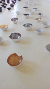 Karin Dorn-Tetzlaff, Raum für Kunst, Möckmühl, 2016, Gefäße aus gebrannten, glasierten Ton